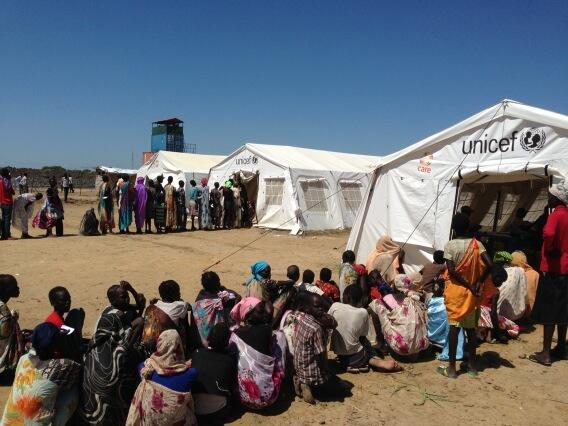 Long queues under the hot sun at UNICEF health tents for displaced people in Bentiu, South Sudan. @UNICEF