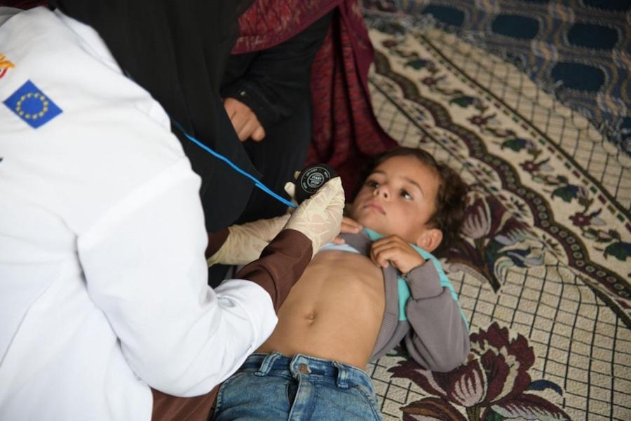 UNICDFE-supported community health worker, Basma Al-Astuh examines a child in the village of Dhayan in Yemen's Amran Governorate in 2020..