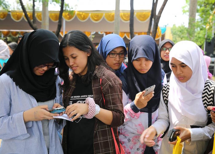 In Indonesia, UNICEF teamed up with the government to create a U-Report poll to test young people's knowledge of the novel coronavirus, and to teach them about symptoms, transmission and prevention.