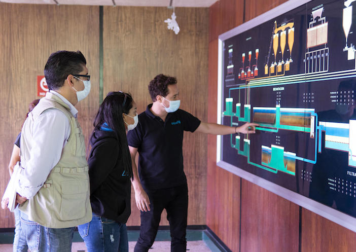 UNICEF Venezuela David Simon explains to his UNICEF colleagues the water system that provides water to 75 percent of the population of the state of Táchira.