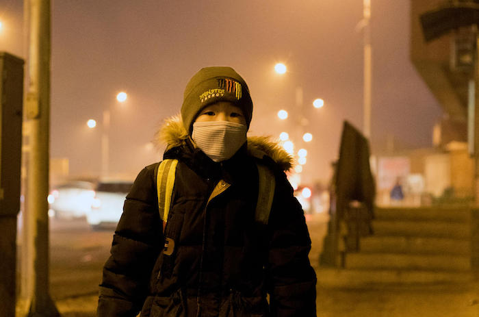A boy waiting for his bus to a local school in Mongolia's Songinokhairkhan district where the air pollution level is dangerously high. © UNICEF/UN0154526/Batbaatar