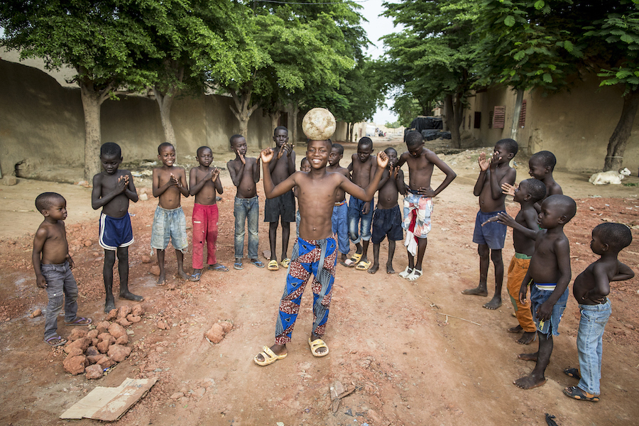 Alou Keïta, 11 years old, student in grade 6, is child ambassador of the new school year. After the awareness sessions, Alou takes advantage of the holiday period to play football with his friends. With funding from Norway, Denmark and Korea, more than 3,