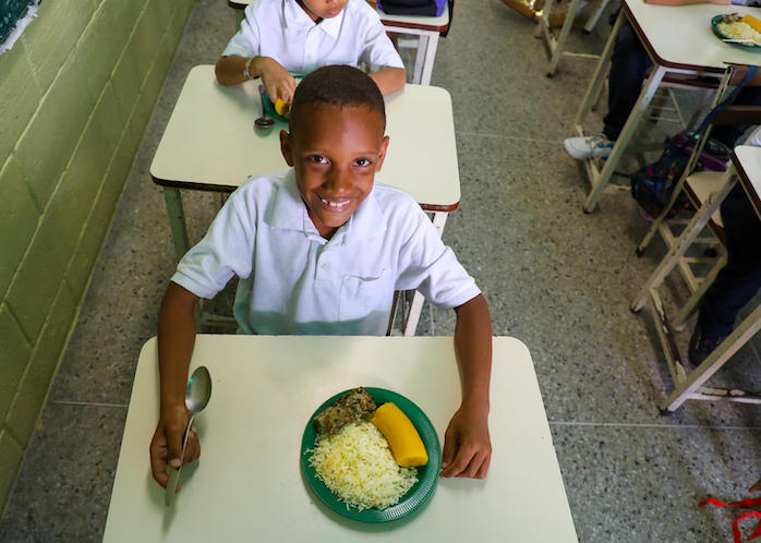 A pilot school feeding program, supported by UNICEF, provides students enrolled in 24 schools in Venezuela's Miranda Province with a balanced meal.