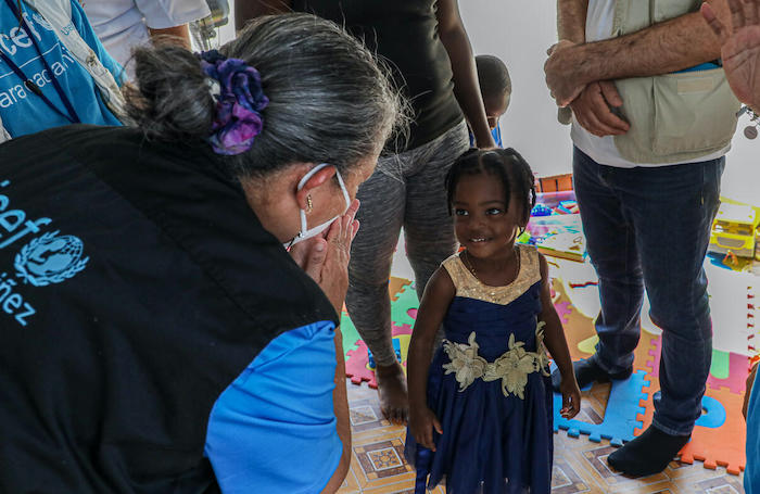 LACRO Regional Director Jean Gough meets Maleyles, 3, at a Child-Friendly Space for migrant children in Darien, Panama.