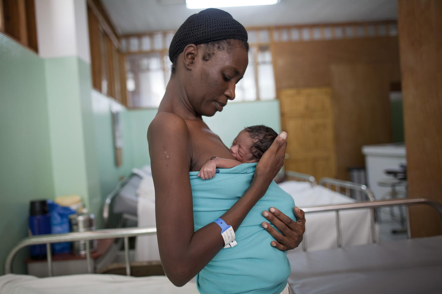 33 year old Marie Michelle Francois holds her premature baby using the Kangaroo technique at the UNICEF supported Maternity ward of the State University Hospital in Port au Prince, Haiti. © UNICEF/HTIA2012-00325/Dormino.