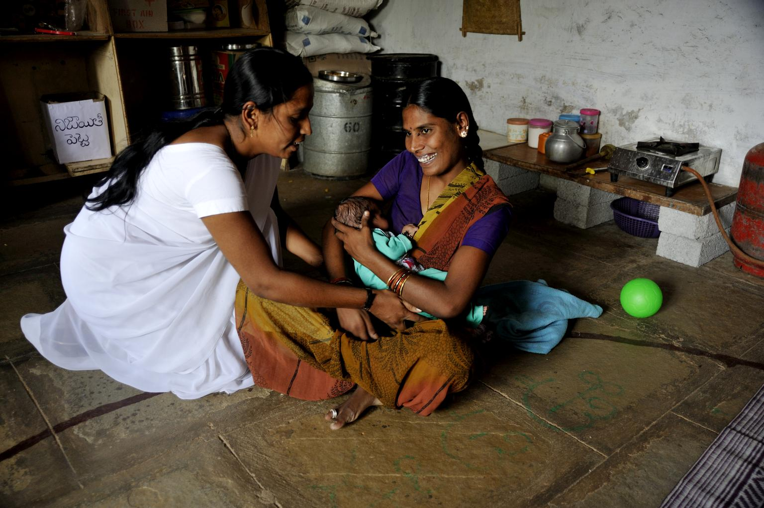 A young lactating mother in India is monitored by a local Auxillary Nurse Midwife. © UNICEF/INDA2014-00118/Biswas