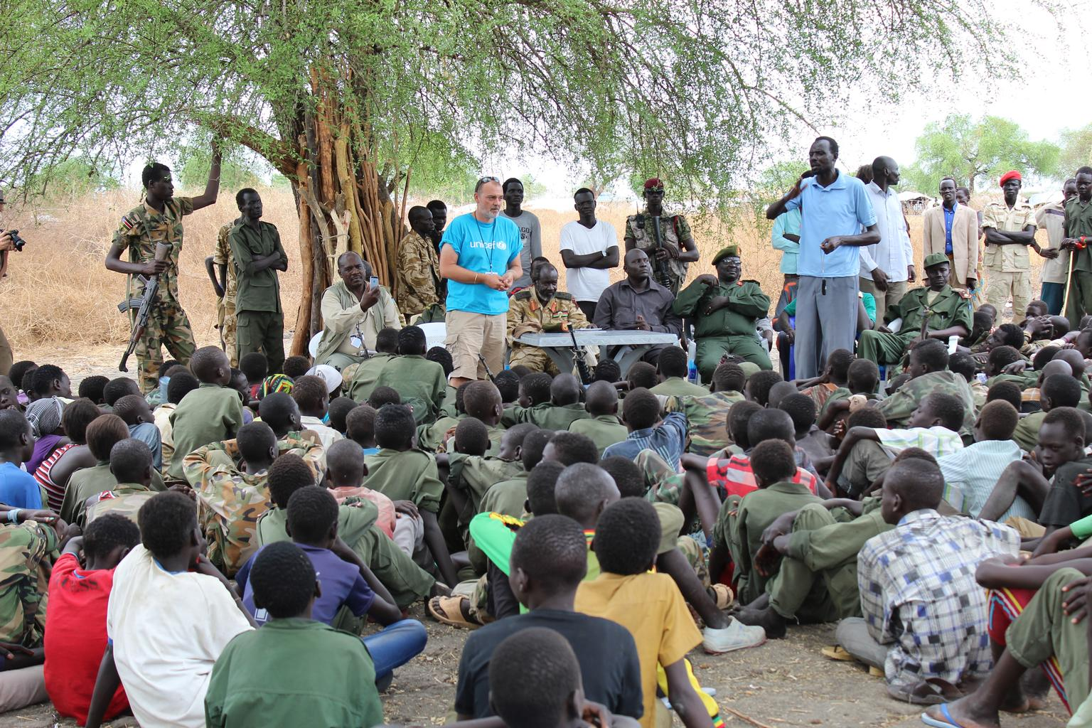 Shaun Collins, a UNICEF child protection specialist, speaks to children after their release from the South Sudan Democratic Army (SSDA) Cobra Faction armed group in Jonglei State. © UNICEF/NYHQ2015-0501/McKeever