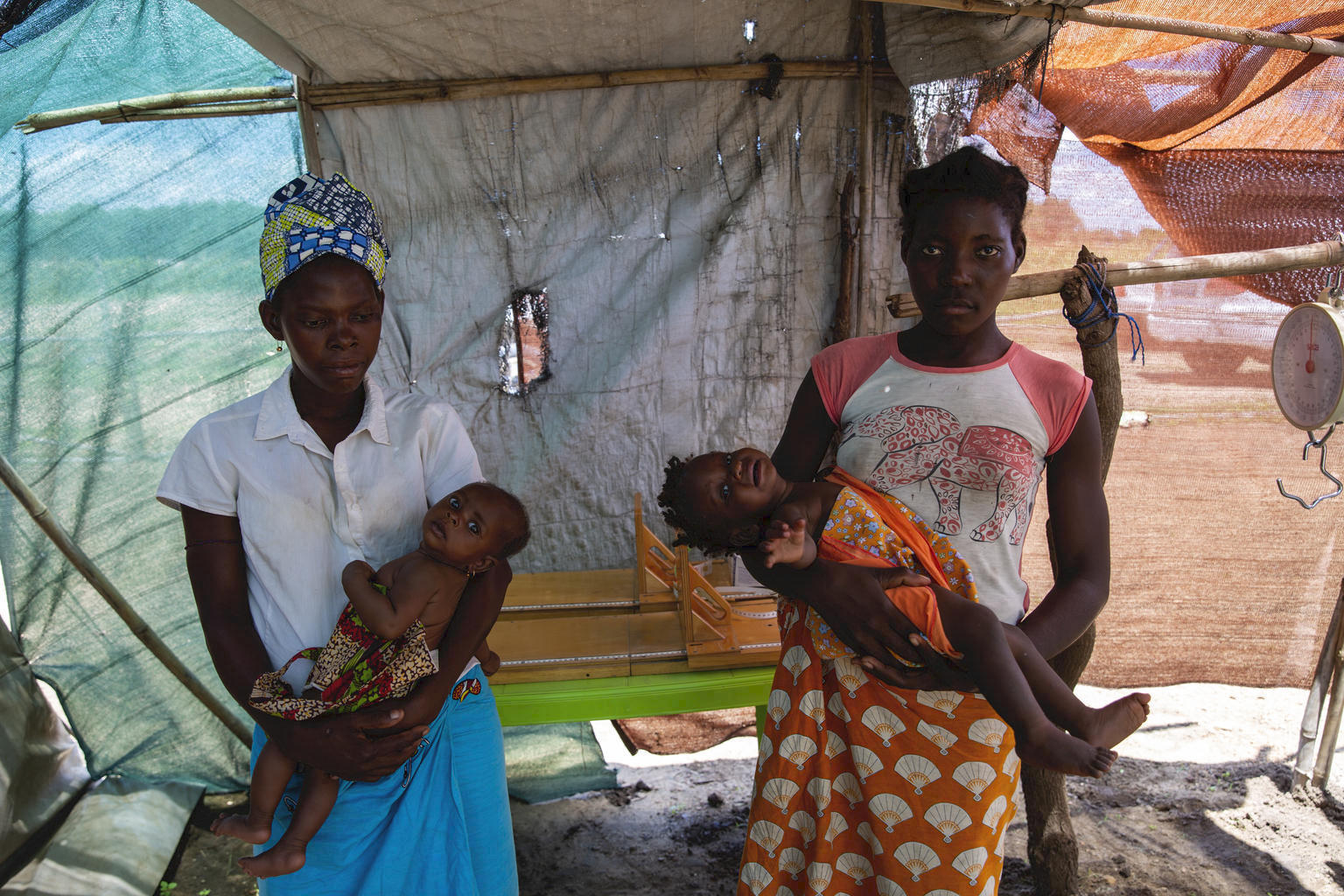 Women bringing their children to be screened for malnutrition at a UNICEF health center in Ndjenja Resettlement camp, Mozambique © UNICEF/UNI310194/Prinsloo
