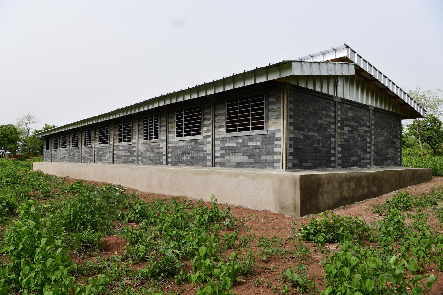 Construction of school made out of plastic bricks in Gouékolo, in the west of Côte d'Ivoire  © UNICEF/UNI322873// Frank Dejongh