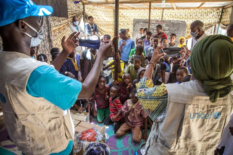 In Nouakchott, Mauritania, UNICEF protection and communications specialists explain to children how to wear their masks correctly to prevent the spread of COVID-19.