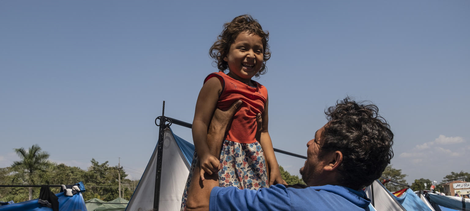 Manuel Mendoza holds his daughter, Angie, 4, in Tecun Uman, Guatemala, on January 29, 2019. The family, from Honduras, are waiting for their humanitarian visas to Mexico after two days of travel from Honduras.