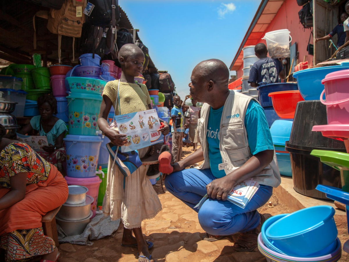 UNICEF Ebola Outreach Officer in North Kivu in The Democratic Republic of the Congo, discusses Ebola prevention with a girl in Ebola-affected Beni.