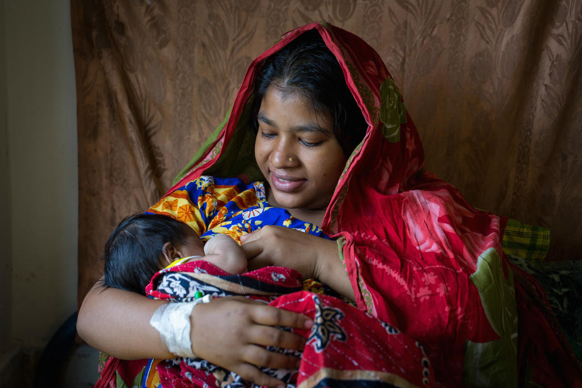 A mother breastfeeds her newborn baby at the maternity ward of a UNICEF-supported district hospital in Bangladesh.