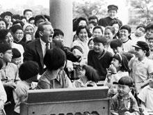 UNICEF Goodwill Ambassador Danny Kaye entertains children outside the Rehabilitation Hospital in Tokyo, the capital.