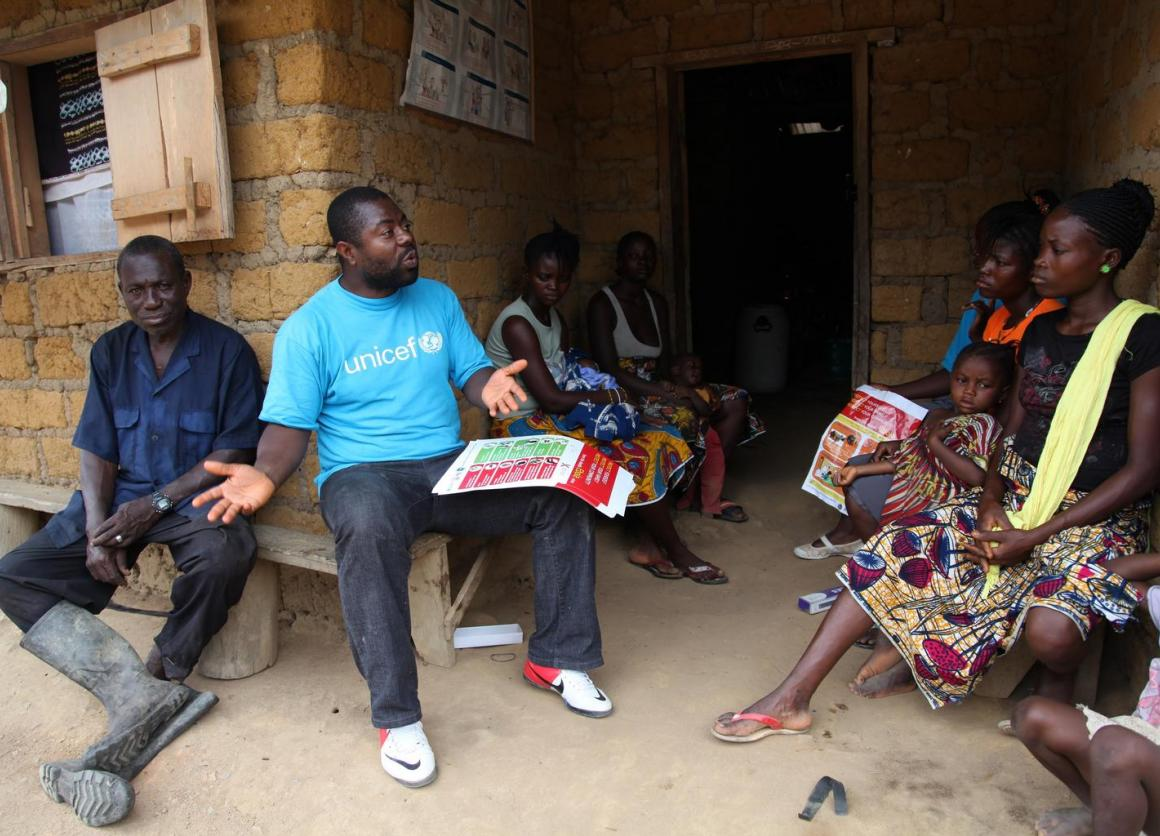 A UNICEF worker speaks with residents about the symptoms of Ebola and best practices to help prevent its spread in Voinjama, Liberia. © UNICEF/NYHQ2014-1016/Jallanzo