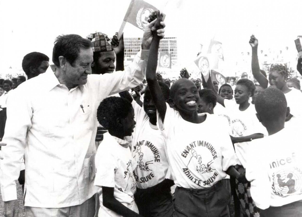 Former UNICEF Executive Director James P. Grant, in 1988,  marks Senegal's achievement of the Africa child immunization target of 75 per cent
