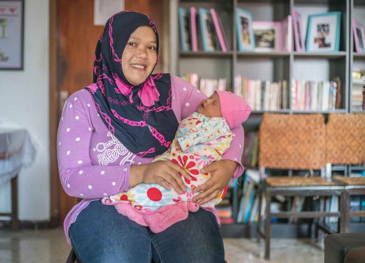 "Lina, 27 and her daughter Laticia, 20 days. ""I had contractions at 7 months and was very nervous, "" says Lina. Widyani referred her to a gynecologist where she was prescribed medication to prevent premature birth and improve fetal health. Lina continued h"