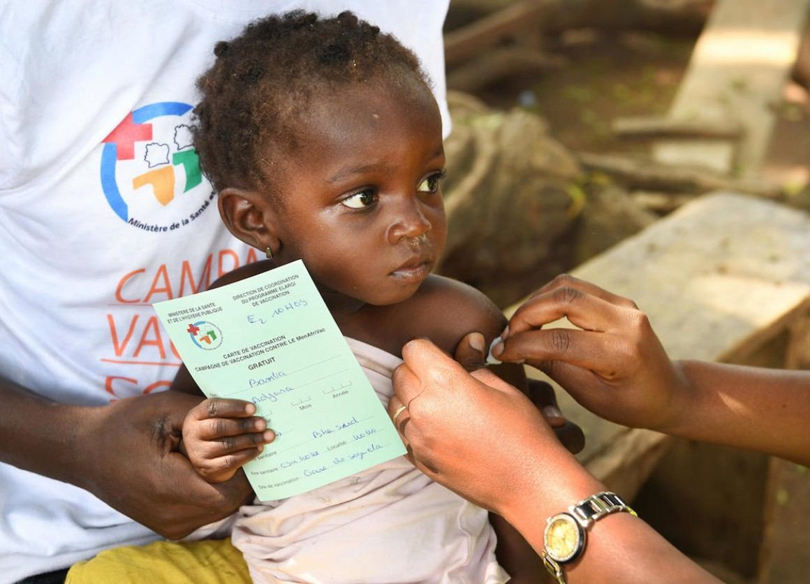 A child in Côte d'Ivoire is vaccinated against meningitis as part of a UNICEF supported campaign.