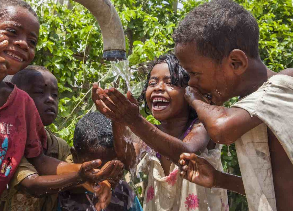 The population of the southern regions of Madagascar has historically suffered multiple deprivations, a situation that has become a humanitarian crisis due to the impact of El Nino. More than 90% of households do not have basic sanitation facilities. Thes