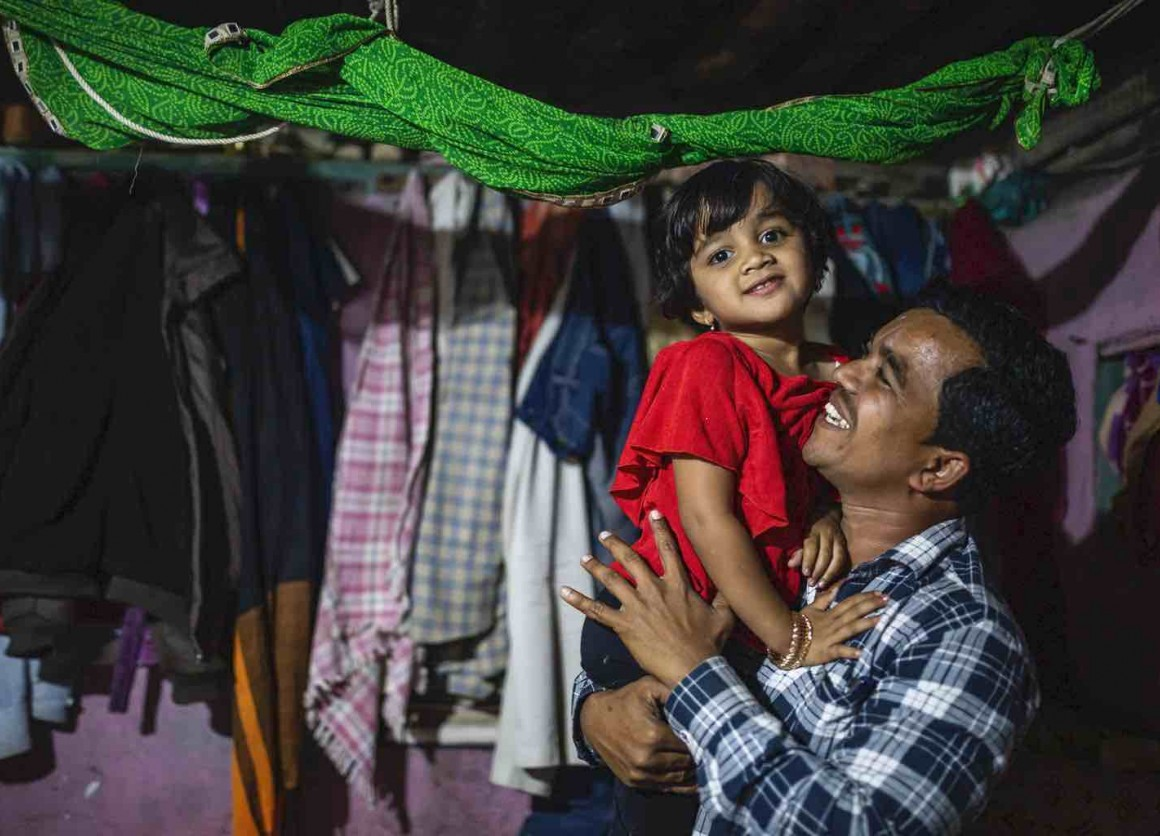 Amol Mhaske plays and dances with his daughter, Arushi in the village of Paithan, India. © UNICEF/UNI334402/ Bhardwaj