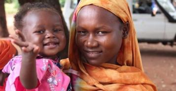Ideita Kaitouma arrived with her 12 months-old baby girl at a health center in Chad. Her child received polio vaccinations and more as part of a UNICEF-supported immunization campaign.