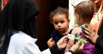 In the village of Wadi Habat, Yemen, UNICEF-supported community healtlh worker Razaqh Ahmed Ahmed Haroon Habad measures a child's mid-upper arm circumference to screen for malnutrition.