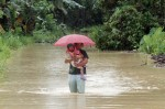A mother holds her daughter as they evacuate from a flood-hit village in Compostela Province, Mindanao. © UNICEF Philippines/2012/JMaitem