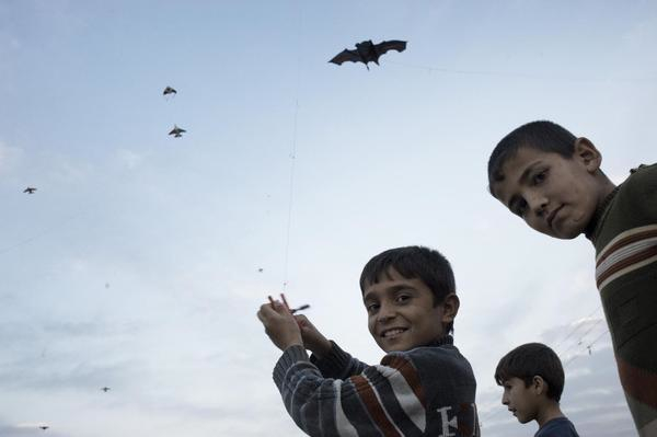 Boys playing with kites in the Kawergosk camp for Syrian refugees in northern Iraq. © UNICEF/NYHQ2013-1026/ALESSIO ROMENZI