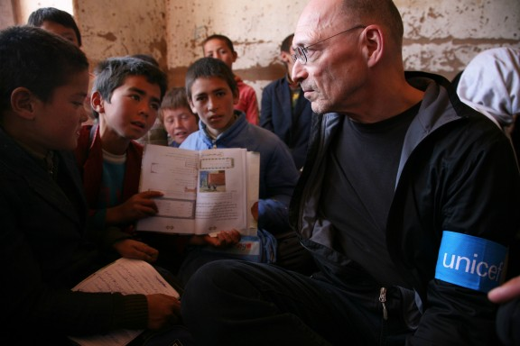 Setfan Findel chats with children at a middle school in Ferooz Behar, Afghanistan. © Alistair Gretarsson, UNICEF.