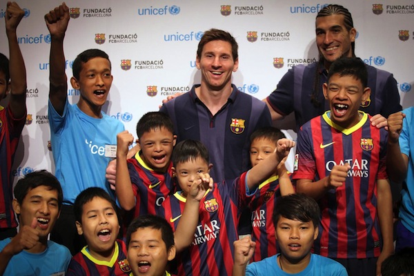 FC Barcelona star and UNICEF Goodwill Ambassador Lionel Messi, in Bangkok, Thailand, stands with children who have intellectual disabilities. © UNICEF/NYHQ2013-0497/N